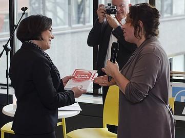 Verbeet neemt boek Samen slimmer in ontvangst uit handen van Marleen Stikker